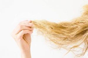 Cheveux secs nourrir ou hydrater