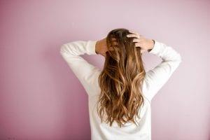 Femme aux longs cheveux soyeux