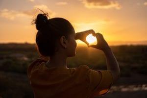 femme face au soleil