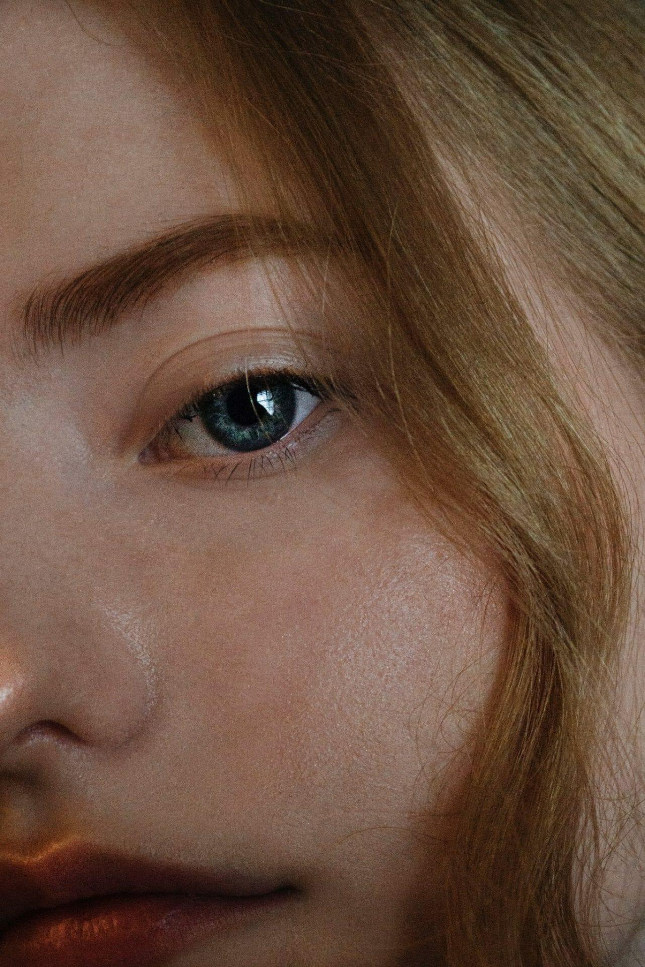 gros plan du visage d'une jeune femme rousse
